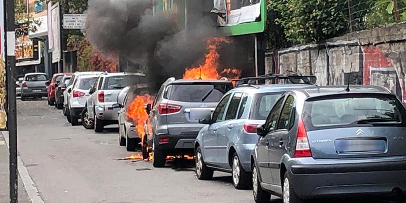 Auto in fiamme sulla circonvallazione