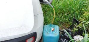 Catania, preleva benzina da un'auto rubata