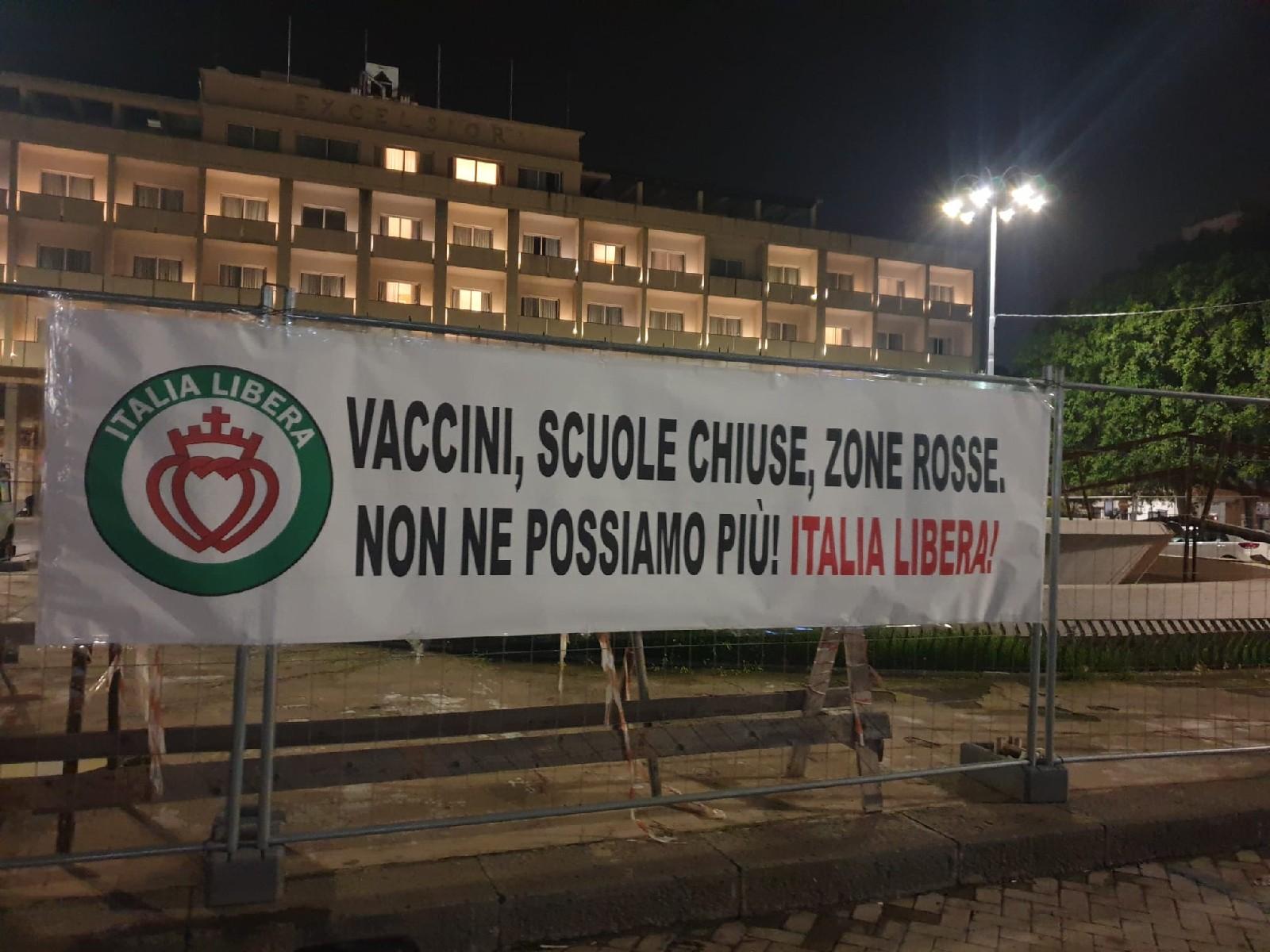 """Blitz dell'ex Forza nuova in piazza Verga: """"No ai vaccini e alla tirannia sanitaria"""""""
