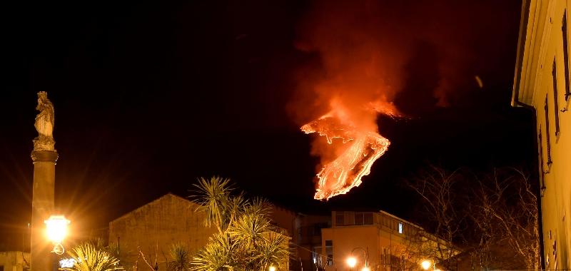 L'Etna lancia bombe incandescenti
